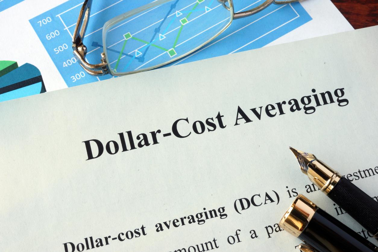 ドルコスト平均法とは?知られざる『デメリット』を克服するおすすめの投資先を含めて解説する。