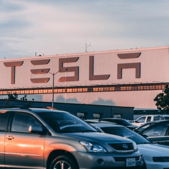 【TSLA/米国株銘柄分析】「テクノキング」率いるテスラの会社概要・ビジネスモデル・今後の株価見通し(将来性/成長性)を決算とCANSLIMの観点から考察。